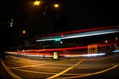 De lange straten van blootstellingslonden bij nacht Stock Foto