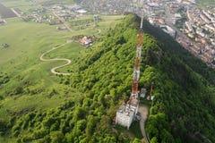 De lange toren van de roostertelecommunicatie royalty-vrije stock afbeeldingen