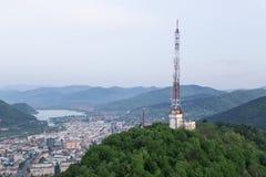 De lange toren van de roostertelecommunicatie op berg royalty-vrije stock afbeeldingen