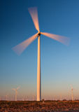 De lange Turbine van de Wind met motieonduidelijk beeld Stock Afbeeldingen