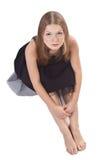 De langharige meisjeszitting op de vloer Stock Fotografie