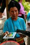 De langharige vrouw van de Yao-mensen verkoopt herinneringen aan toeristen stock foto's