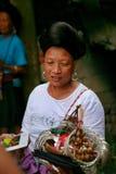 De langharige vrouw van de Yao-mensen verkoopt herinneringen aan toeristen stock fotografie