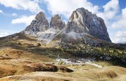 De Langkofel-Groep in het Italiaans: Gruppo del Sassolungo de berg van het massief in het westelijke Dolomiet en het hotel Passo  Stock Fotografie