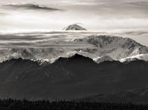 De langste berg in Noord-Amerika, Denali, in een zeldzame mening tussen de wolken stock foto