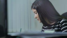 De langzame Arbeider van het Motiemeisje bekijkt Gegevensbestand schrijft in Notitieboekje stock videobeelden