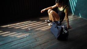 De langzame benen die van de motie geschikte jonge vrouw gymnastiek met zak ingaan en voor de opleiding voorbereidingen treffen stock footage