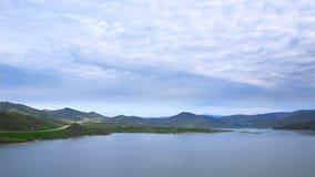 De langzame bewegende wolken van de tijdtijdspanne over watermassa stock videobeelden