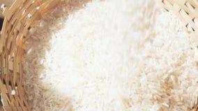De langzame beweging van de motiecamera over dalende rijst stock video