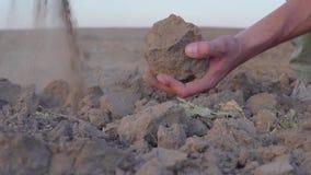 De langzame geanimeerde video van de Menselijke handen van ` s houdt de Droogte van het aardestof, land zonder regen stock footage