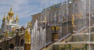 De langzame Grote cascade van de motiefontein in Pertergof stock footage