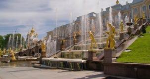 De langzame Grote cascade van de motiefontein in Pertergof stock videobeelden