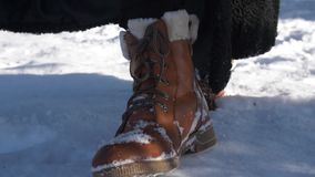 De LANGZAME laarzen die van de MOTIE DICHTE OMHOOGGAANDE winter in vlotte diepe sneeuw bij de zomerdag lopen stock video