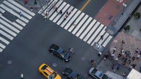 De langzame Mening van de Motie Hoge Hoek van Verkeer en Voetgangers op 5de Weg in Manhattan stock video