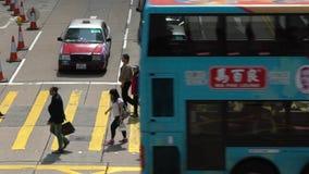 De langzame mensen die van de motiemenigte in bezige kruising bij Hong Kong-straat lopen stock video