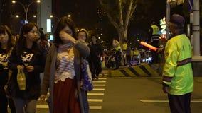 De langzame motie Aziatische politieman, regelt overdwars bewegingsvoetgangers stock video