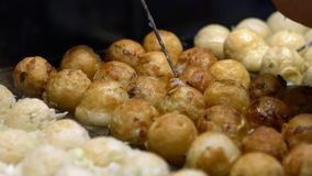 De langzame Motie Japanse verkoper bereidt heerlijke Takoyaki op heet panvoedsel Japan voor stock footage
