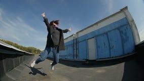 De langzame Motie Jonge Vrouw springt en steekt Handen op stock videobeelden