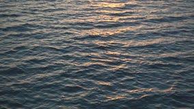 De langzame motie, mooie zonsondergang over oceaan, zon vormt van in water een weerspiegeling stock videobeelden