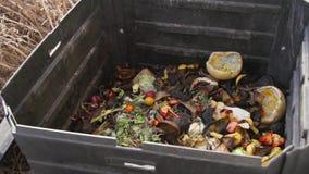 De langzame motie van de compostbak stock video