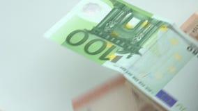 De langzame motie van euro vliegt en valt Euro bankbiljetten verschillende waarden stock videobeelden