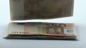 De langzame motie van euro vliegt en valt Euro bankbiljetten verschillende waarden stock video