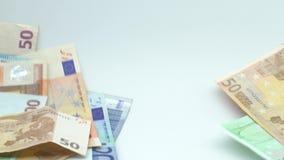 De langzame motie van euro vliegt en valt Euro bankbiljetten verschillende waarden stock footage