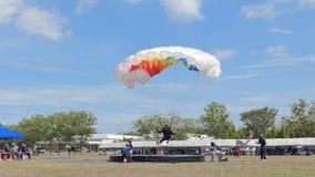 De langzame Motie van Parachutist landde binnen aan het doel, Nauwkeurigheid die landen, stock video