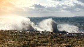 De langzame motie zwart-witte humeurige klem van golven verplettert op rotsen en verdeelt aan mist stock video