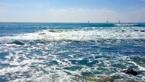 De langzame motie zwart-witte humeurige klem van golven verplettert op rotsen en verdeelt aan mist stock footage