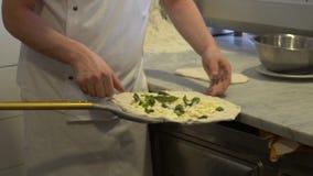 De langzame motiechef-kok bereidt verse originele Italiaanse ruwe pizza met ingrediënten voor stock video