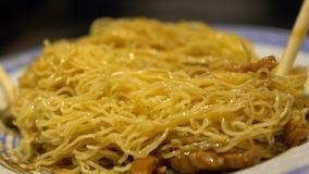 De langzame Motiemensen die Stokken gebruiken voor eten Traditionele Noedels met Vlees, China stock footage
