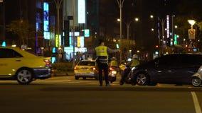 De langzame motiepolitieman regelt bewegingsauto's gebruikte opvlammende lichte stok stock videobeelden