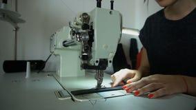 De langzame naaiende riem die van de motienaaister naaimachine met behulp van stock videobeelden