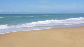 De langzame neerstorting van de motiegolf aan strand stock footage