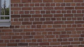De langzame pan van de motie handbediende close-up van gevulde naden op bakstenen muur stock videobeelden