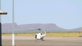 De langzame Propellers die van de Motiehelikopter op het Tarmac spinnen stock video