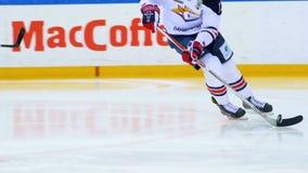 De langzame speler van het motiehockey in witte loodpuck langs arena stock video