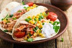 De langzame taco van de kooktoestelkip met graan stock afbeeldingen