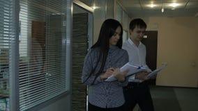 De langzame van het Motiemens en Meisje Gang bespreekt Project in de Industrieinstallatie stock footage