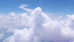 De langzame vlucht door cumulus betrekt in blauwe hemel, magische zegen, godsdienst, hemel stock video