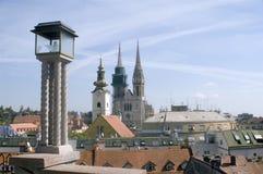 De lantaarn en de kerken van Zagreb Stock Afbeelding