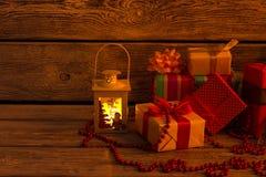 De lantaarn, de giften en de slinger van lit Stock Foto