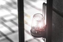 De lantaarn op de waarschuwing van het poort automatische gevaar royalty-vrije stock afbeeldingen