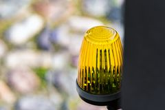 De lantaarn op de waarschuwing van het poort automatische gevaar stock foto