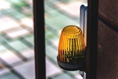 De lantaarn op de waarschuwing van het poort automatische gevaar stock foto's