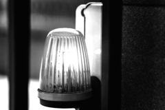 De lantaarn op de waarschuwing van het poort automatische gevaar stock afbeeldingen