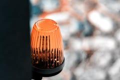 De lantaarn op de waarschuwing van het poort automatische gevaar stock afbeelding