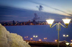 De lantaarn steekt de nachtstad aan Royalty-vrije Stock Afbeeldingen
