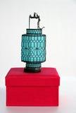 De lantaarn van de Chinees-stijl op een doos stock fotografie